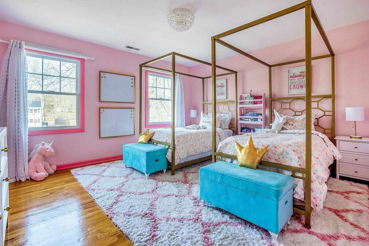 hình ảnh phòng ngủ con gái với tường màu hồng phấn, giường đôi khung kim loại màu vàng sáng bóng
