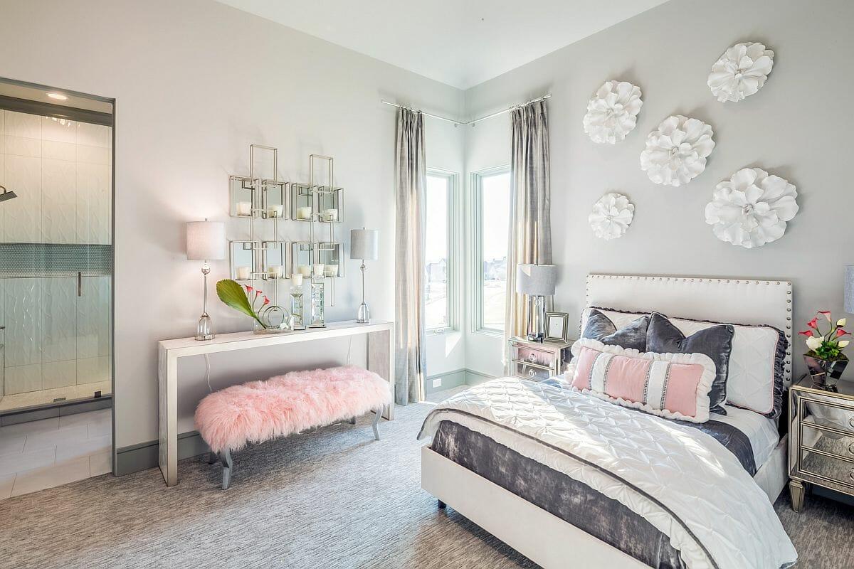 hình ảnh phòng ngủ con gái màu trắng xám chủ đạo, sắc hồng pastel nhấn nhá ở ghế ngồi, gối