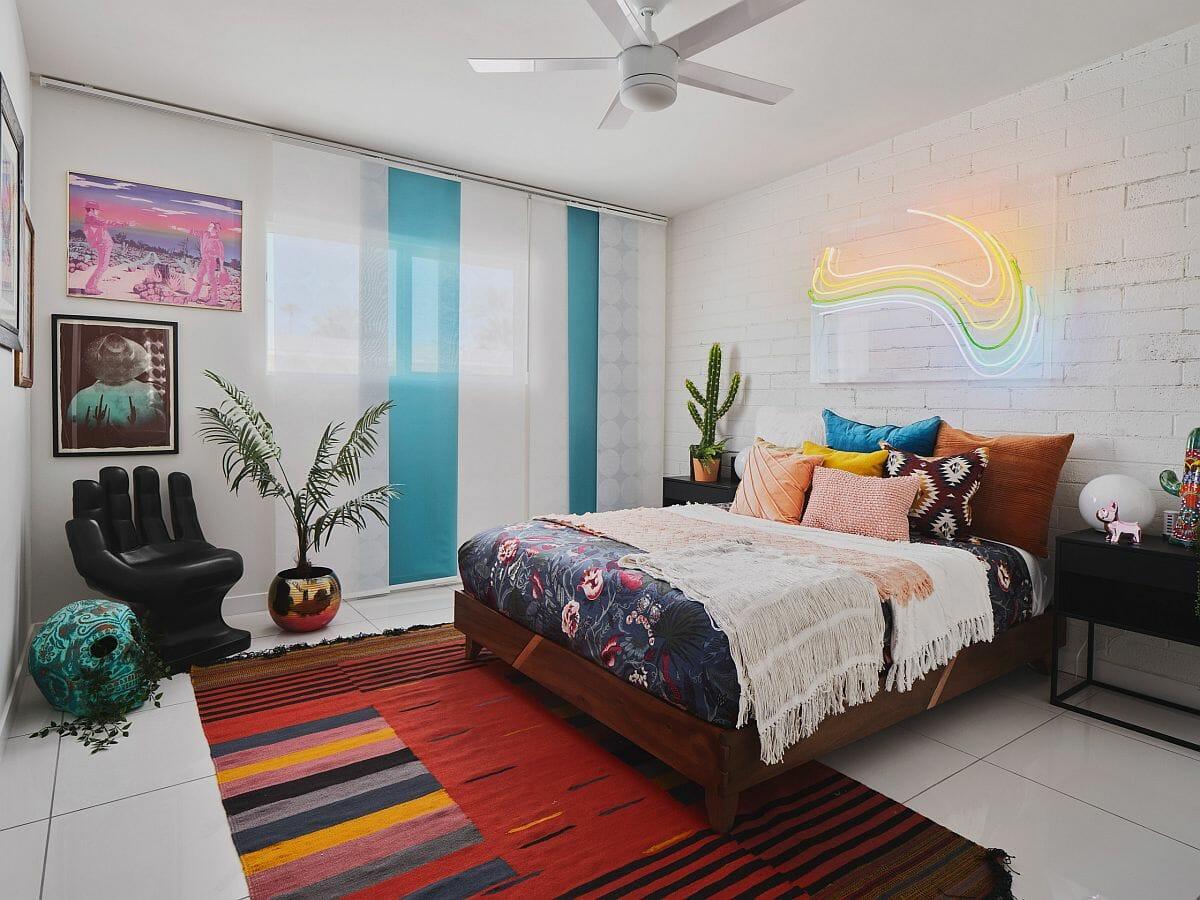 hình ảnh phòng ngủ con gái với màu trắng chủ đạo, nhấn nhá sắc xanh dương, thảm trải đỏ, đèn LED độc đáo đầu giường
