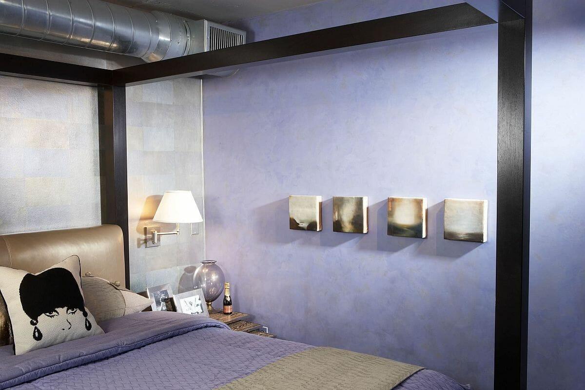 hình ảnh một góc phòng ngủ phong cách công nghiệp với đường ống nước lộ thiên