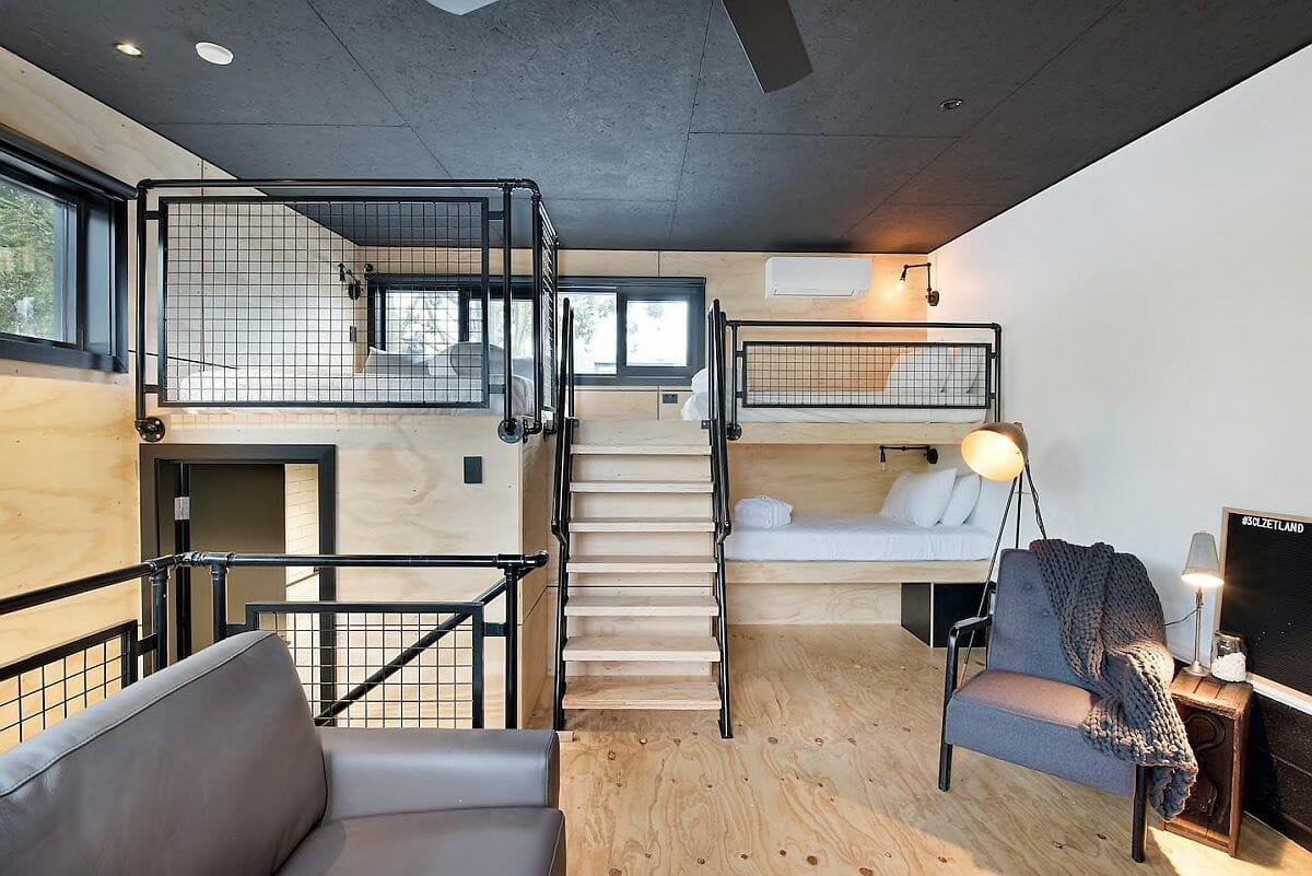 hình ảnh căn hộ nhỏ với cầu thang gỗ dẫn lên phòng ngủ trên gác lửng