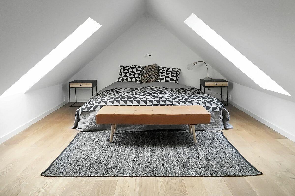 hình ảnh phòng ngủ tông màu trắng chủ đạo trên tầng áp mái