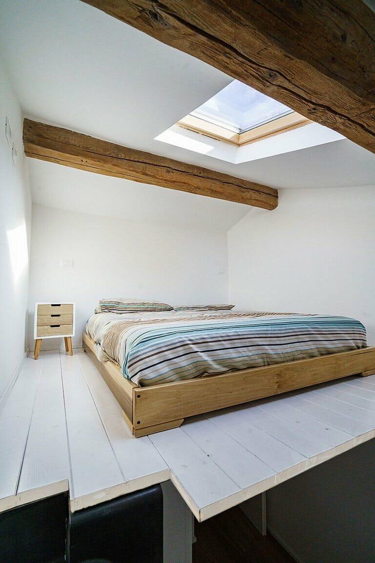 hình ảnh phòng ngủ nhỏ trên gác mái có cửa sổ trần lấy sáng tự nhiên