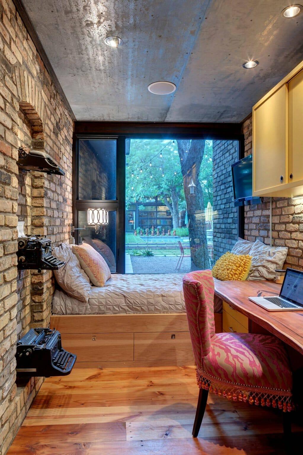 hình ảnh phòng ngủ nhỏ phong cách công nghiệp có cửa sổ kính lớn