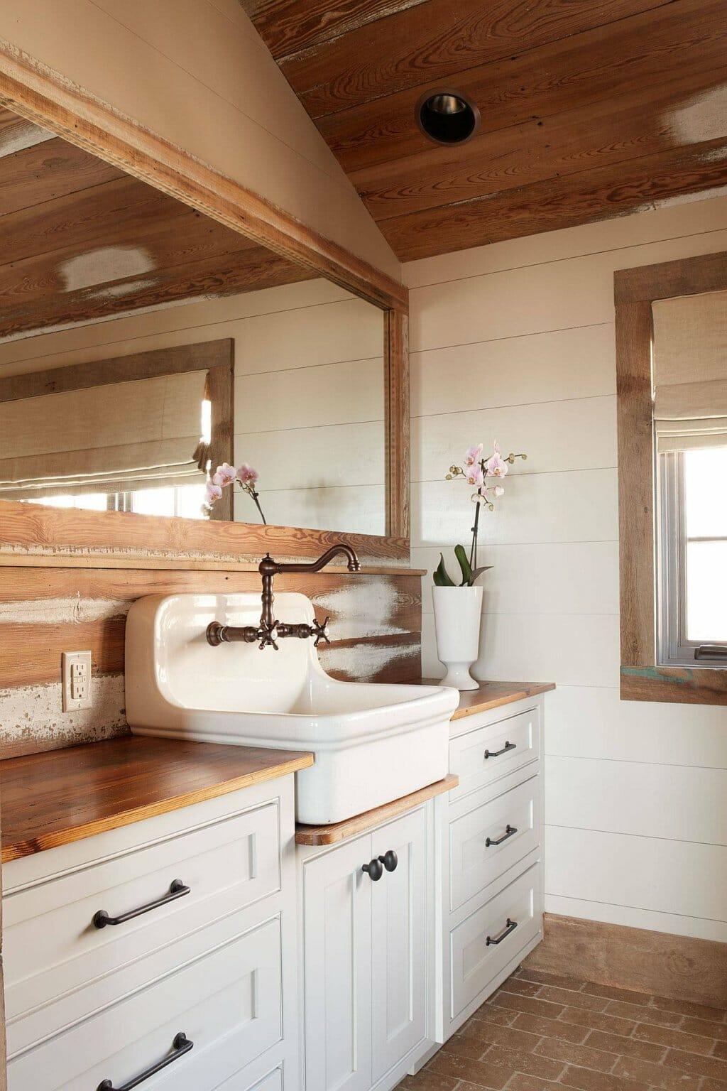 hình ảnh phòng tắm mộc mạc với màu trắng và chất liệu gỗ tự nhiên