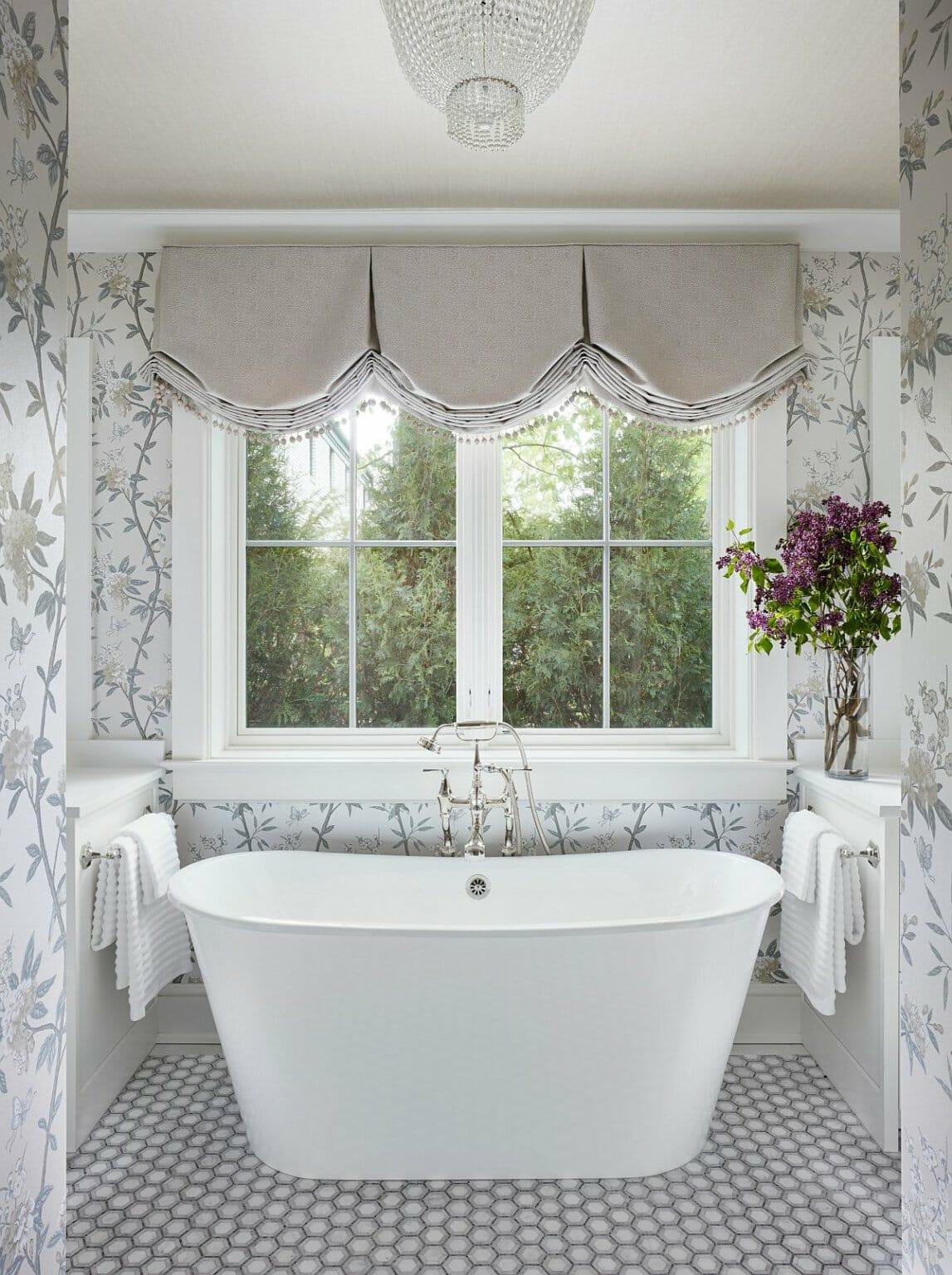 hình ảnh phòng tắm kiểu spa sang trọng với bồn tắm lớn, đèn chùm pha lê, giấy dán tường họa tiết hoa lá mềm mại