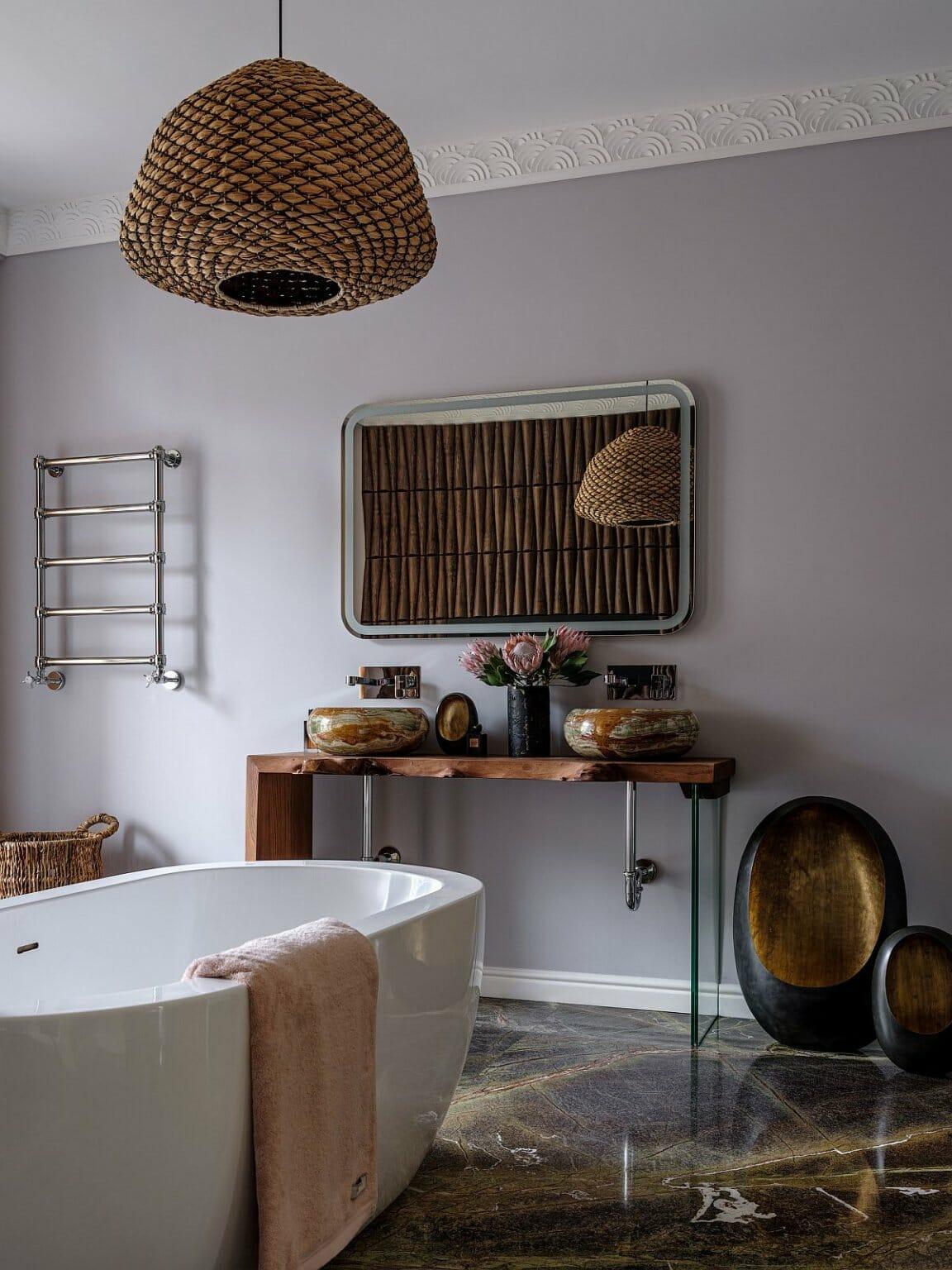 hình ảnh bên trong phòng tắm phong cách chiết trung hiện đại với chụp đèn thả làm từ vật liệu tự nhiên, điểm nhấn kim loại sáng bóng.