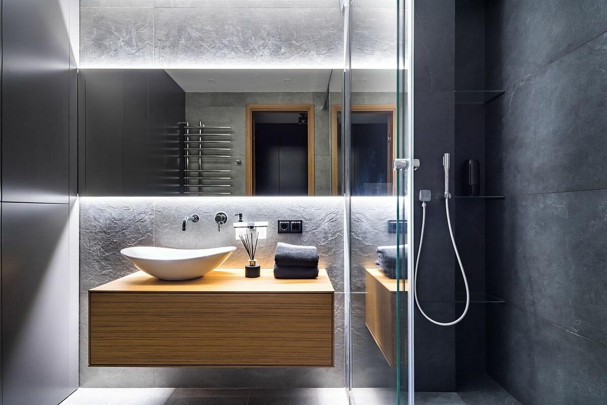 hình ảnh phòng tắm màu trắng kết hợp xám đậm, ánh đèn LED bắt mắt