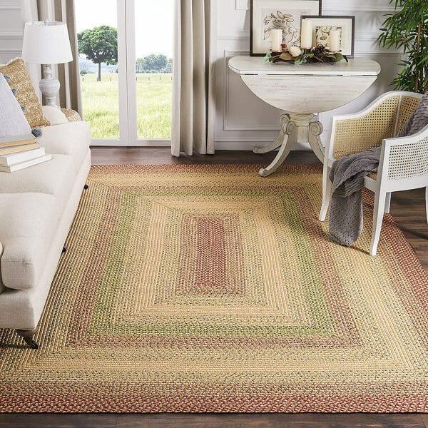 hình ảnh thảm trải sàn làm từ sợi tổng hợp tông màu nhã nhặn, ghế sofa màu trắng sữa thanh lịch, cửa sổ kính mở ra cánh đồng bên ngoài
