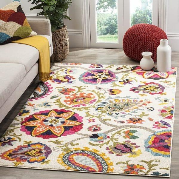 hình ảnh phòng khách đơn sắc nổi bật với thảm trải sàn họa tiết hoa lá màu sắc rực rỡ.