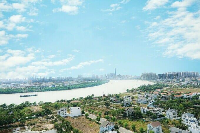 Hướng nhìn về sông Sài Gòn từ ban công căn hộ Thủ Thiêm Dragon.
