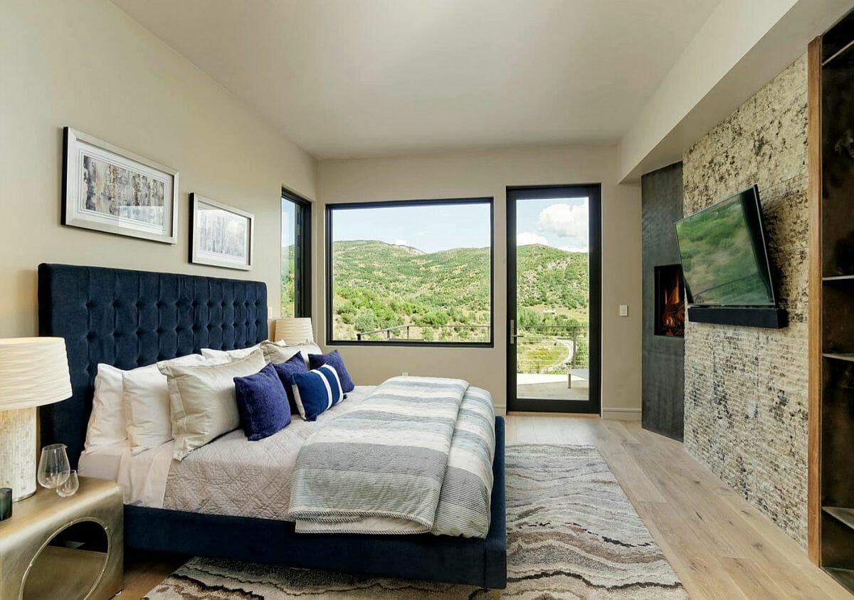 hình ảnh phòng ngủ master với giường màu xanh dương, tường và trần màu be sáng ấm áp