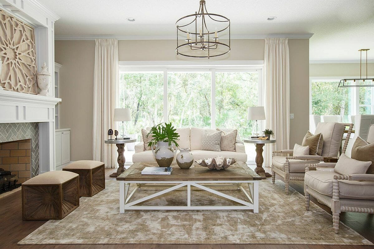 Hình ảnh không gian phòng khách rộng thoáng với tông màu be chủ đạo, cửa sổ kính trong suốt