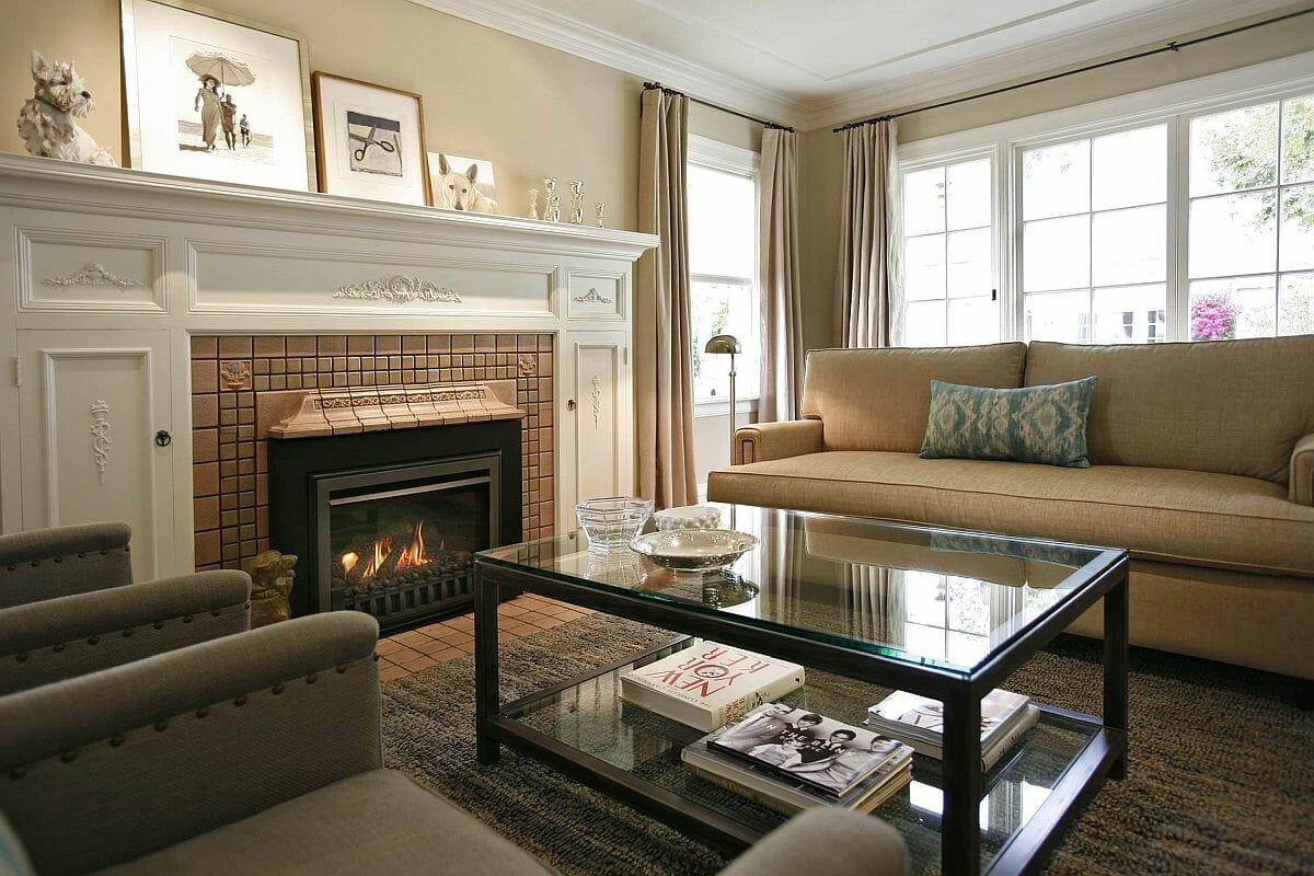 hình ảnh phòng khách sử dụng tông màu xám - be ấn tượng với bàn trà kính khung đen, lò sưởi trung tâm, ghế sofa êm ái