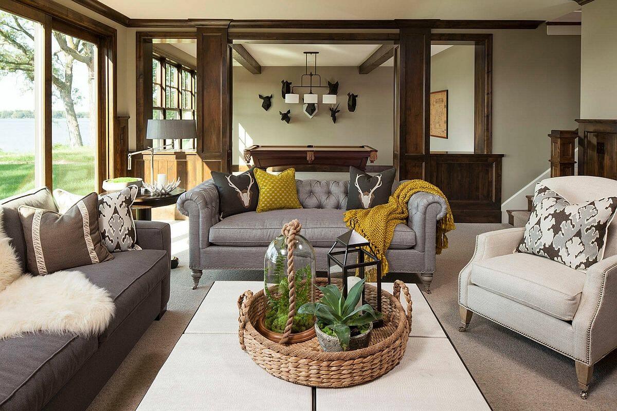 hình ảnh phòng khách phong cách Rustic với tường sơn màu be trung tính, điểm nhấn màu sắc từ gối tựa, thảm mỏng