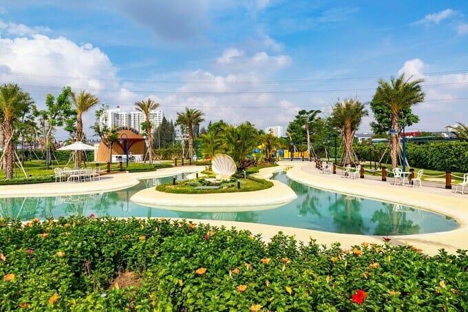 Hồ cảnh quan Oceania ngay trung tâm công viên Symphony Park với nhiều cây xanh tạo không gian thoáng đãng, cảnh quan hiện đại.
