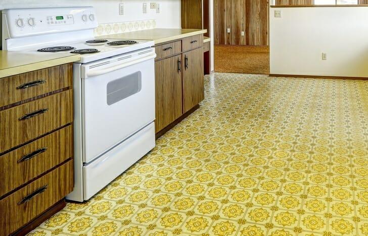 hình ảnh phòng bếp với sàn lót vải sơn màu vàng họa tiết cổ điển, tủ gỗ ngăn kéo