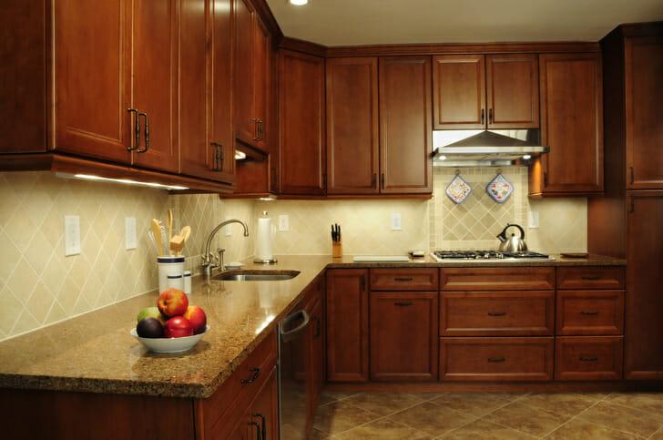 hình ảnh cận cảnh tủ bếp gỗ anh đào