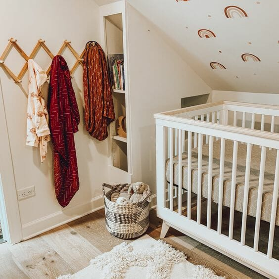 Phần dốc của trần nhà hoàn toàn có thể tận dụng như một bức tranh trang trí với những họa tiết dễ thương. Bên cạnh đó, đừng quên sử dụng nội thất phù hợp để tận dụng diện tích căn phòng một cách tối đa.