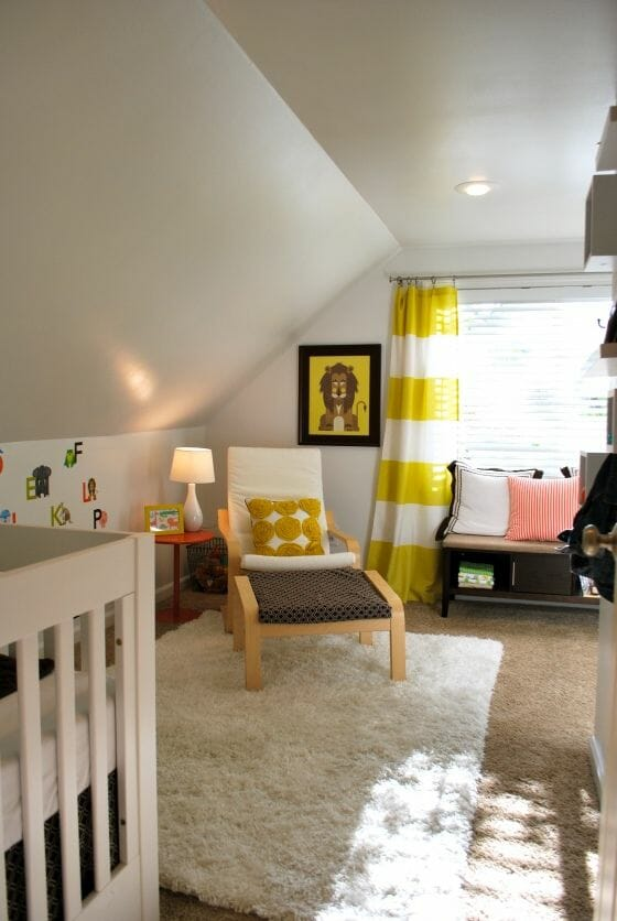 Sắc vàng tươi của bức tranh treo tường, sọc ngang trên rèm cửa và chiếc gối tựa cũng đủ làm căn phòng nhỏ thêm phần đáng yêu hơn