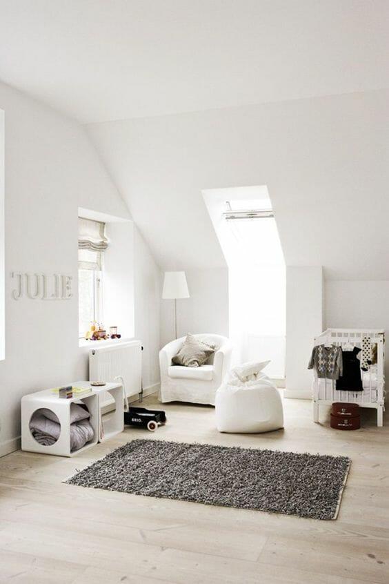 Tấm thảm xám cùng các đơn vị lưu trữ là lựa chọn hợp lý cho căn phòng đơn sắc mang hơi thở hiện đại này