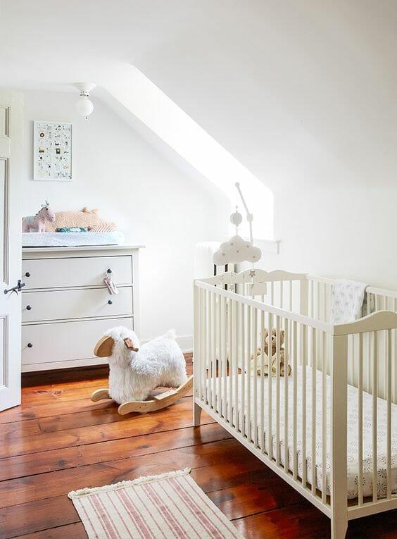 Những món đồ chơi dễ thương của bé chính là đồ trang trí hữu dụng nhất cho kiểu phòng ngủ đơn giản như thế này