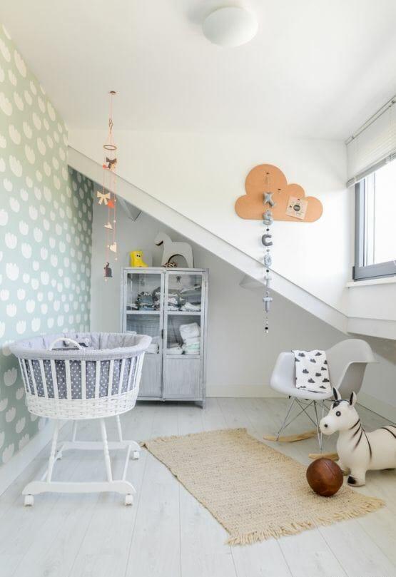 Lại một ví dụ điển hình cho sự kết hợp khéo léo của các gam màu trung tính như trắng - xám - be cho không gian phòng ngủ của bé