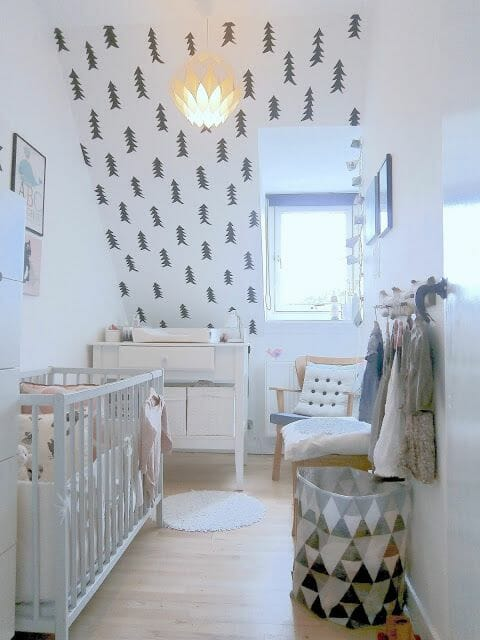 Căn phòng ngủ phong cách Bắc Âu dù có diện tích nhỏ với bề ngang khá hẹp nhưng vẫn đủ công năng cần thiết cho bé. Bức tường họa tiết cây thông ngộ nghĩnh là điểm nhấn trang trí giúp người nhìn không còn cảm thấy sự chật chội đang hiện hữu.