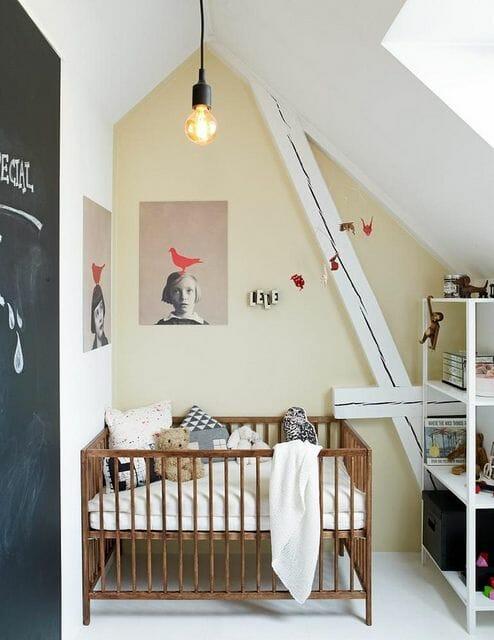 Cánh cửa của căn phòng còn có công năng là chiếc bảng phấn, vừa để trang trí và cho bé không gian sáng tạo thú vị ngay tại phòng ngủ