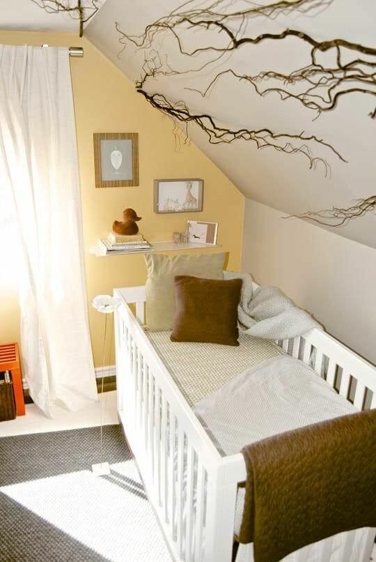 Phòng ngủ gác mái tươi sáng hơn khi được nhấn nhá bằng bức tường màu vàng nhạt, giảm bớt sự nhàm chán của một không gian lấy sắc trắng làm chủ đạo