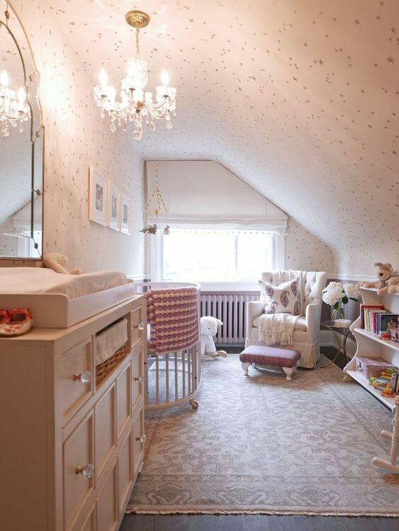 Cảm hứng từ vintage phảng phất trong căn phòng với đèn chùm pha lê, tủ quần áo lớn, thảm kiểu cổ điển cùng một vài món đồ nội thất cơ bản