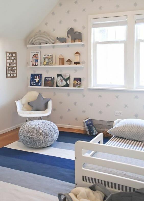 Sách, đồ chơi, bảng chữ cái, gối tựa hình ngôi sao, giấy dán tường xinh xắn, còn gì nữa nhỉ? Chính là chiếc thảm sọc màu xanh đủ sắc thái - tất cả đặt chung trong cùng một không gian là bé đã có phòng ngủ siêu yêu rồi!