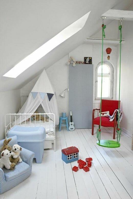 """Căn phòng ngủ gác mái với màu trắng """"phủ"""" từ trần nhà đến sàn nhà, giường và ga, nệm vẫn xinh xắn khi được tô điểm bởi một vài đồ nội thất xanh pastel trang nhã"""