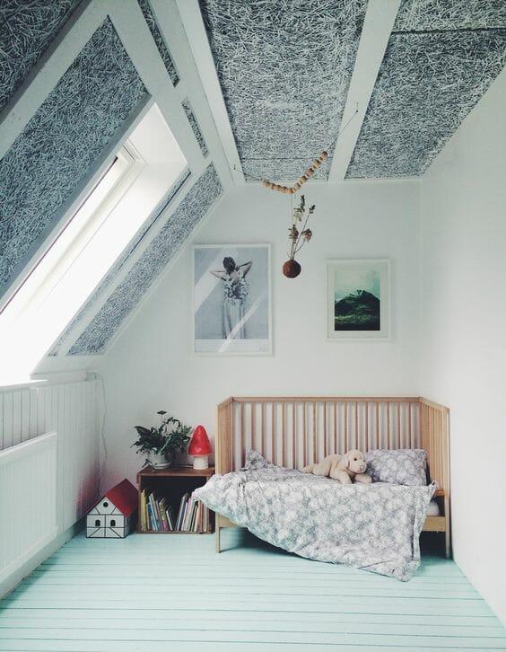 Phần trần và sàn nhà khác biệt là quá đủ để tạo nên sự thu hút cho căn phòng gác mái này