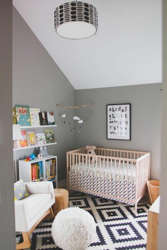 Sự kết hợp giữa hai màu trắng - xám không bao giờ làm bạn thất vọng, bằng chứng là không gian trên vẫn vô cùng xinh xắn khi được khoác lên mình bảng màu đơn sắc này. Tiếp đến, chỉ cần tạo thêm điểm nhấn như một tấm thảm in, đồ nội thất đơn giản và một kệ sách là bé yêu đã có một căn phòng trong mơ.