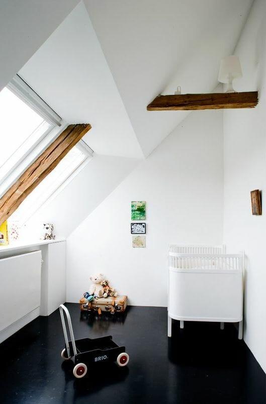 Căn phòng này là sự tương phản đầy thú vị giữa sàn nhà màu đen, dầm gỗ, với màu trắng tinh khôi của trần nhà, tường và nội thất
