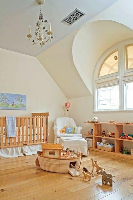 Sàn, cũi, kệ tủ, đồ chơi bằng gỗ sáng màu đã đủ để mang đến cảm giác ấm áp cho căn phòng đậm chất cổ điển này