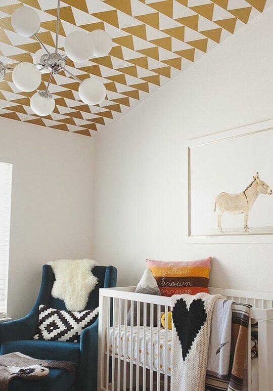 Họa tiết hình học vui nhộn trên trần nhà cũng là một điểm nhấn hay ho mà cha mẹ có thể tham khảo để đưa vào căn phòng của bé