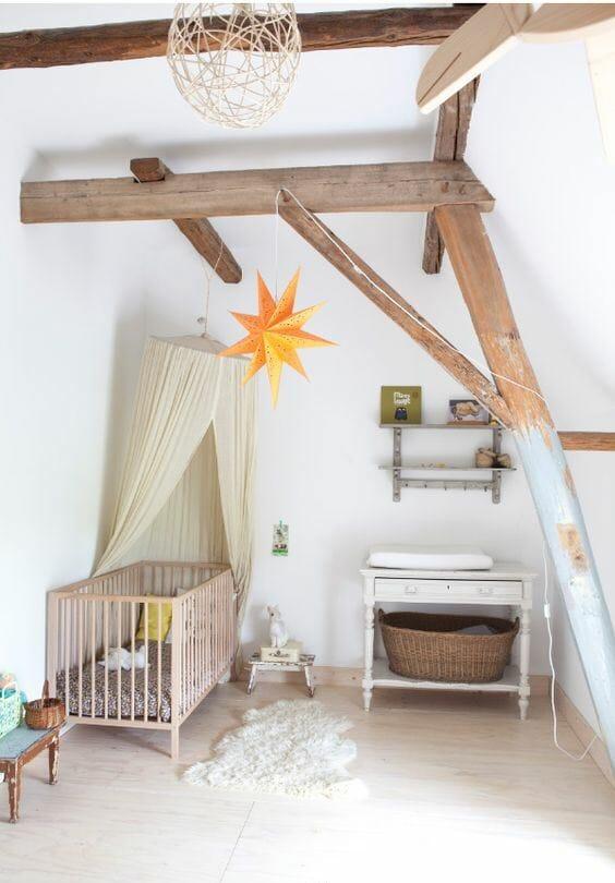 Chiếc dầm gỗ được giữ nguyên nhưng không khiến căn phòng có cảm giác bị lộn xộn, xấu xí. Trái lại, rất phù hợp với vẻ đầy mộng mơ của không gian nhỏ xinh này