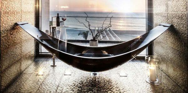 hình ảnh cận cảnh mẫu bồn tắm độc đáo dạng võng màu đen sáng bóng