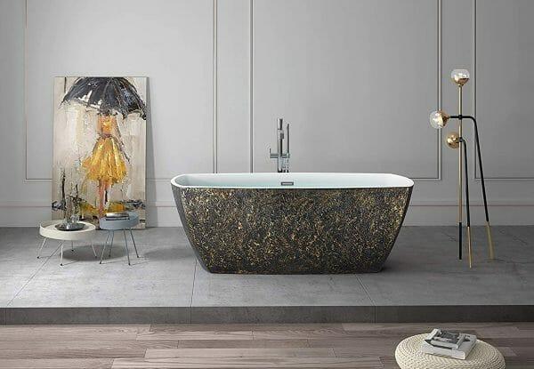 hình ảnh phòng tắm rộng thoáng với tâm điểm là bồn tắm màu vàng đen, tranh tường cùng tông