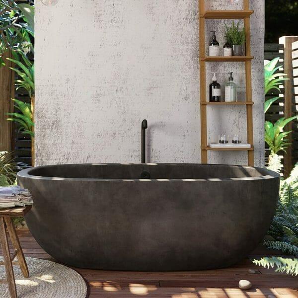 hình ảnh cận cảnh mẫu bồn tắm làm bằng bê tông mộc mạc, xung quanh nhiều cây xanh, thang treo khăn