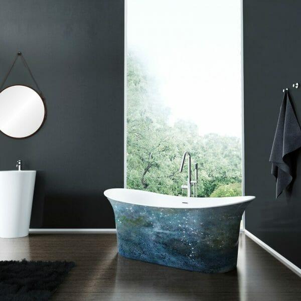 hình ảnh cận cảnh bồn tắm thành cao màu xanh dương, xanh lá