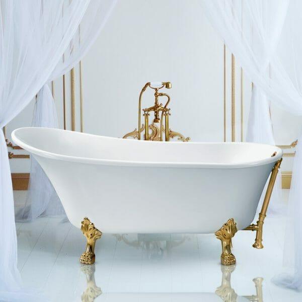 hình ảnh cận cảnh bồn tắm màu trắng có chân đế kim loại vàng sáng bóng