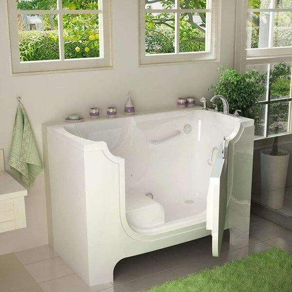 hình ảnh cận cảnh mẫu bồn tắm có cửa mở
