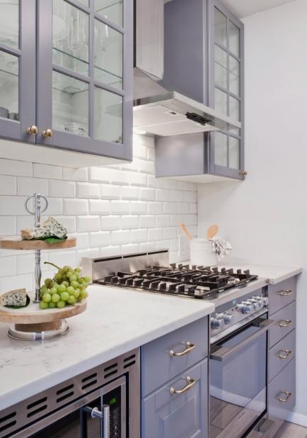 hình ảnh phòng bếp nhỏ màu trắng chủ đạo, hệ tủ cửa kính trong suốt, tường chắn ốp gạch thẻ màu trắng