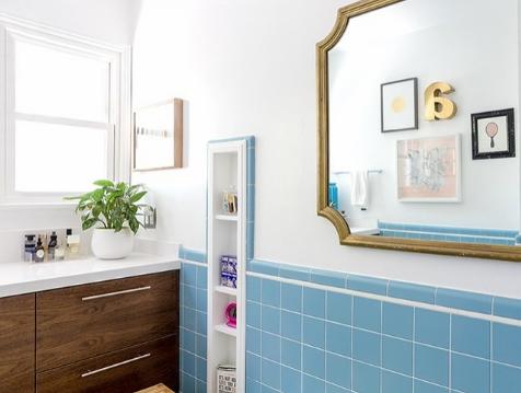 hình ảnh phòng tắm sáng bừng sau cải tạo, nhấn nhá với gạch ốp tường màu xanh da trời dịu mắt