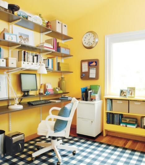 hình ảnh góc làm việc gọn gàng, thoáng sáng với kệ mở gắn tường, tường và trần sơn màu vàng chanh tươi sáng