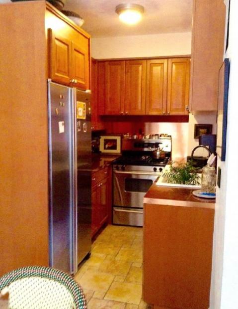 hình ảnh phòng bếp nhỏ cũ kỹ, thiếu sáng trước cải tạo