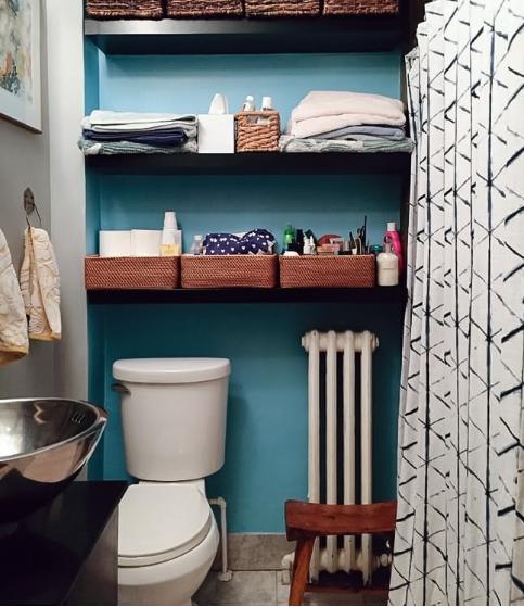 hình ảnh góc phòng tắm vơi tường sơn màu xanh dương